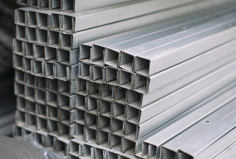 Popielatego metalu aluminiowi profile prostokątny przekrój poprzeczny fotografia stock