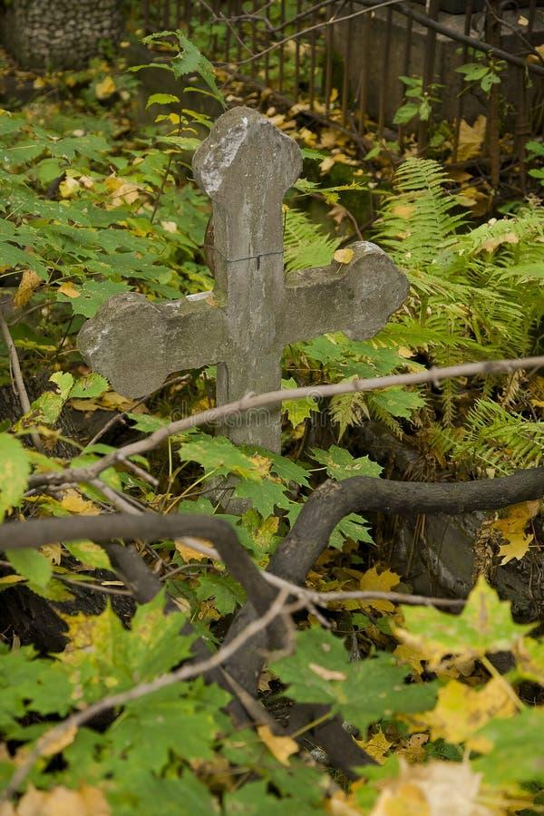 Popielaty betonowy prosty Ortodoksalny chrześcijanina krzyż na starym jesień cmentarzu zdjęcia stock