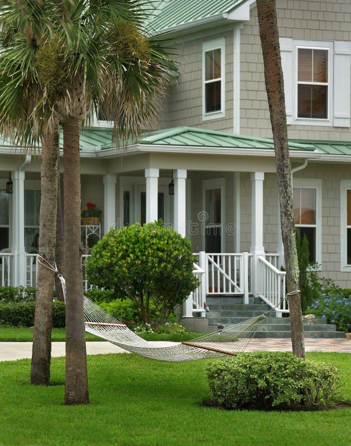 Popielaty dom z zieleń dachem zdjęcie stock