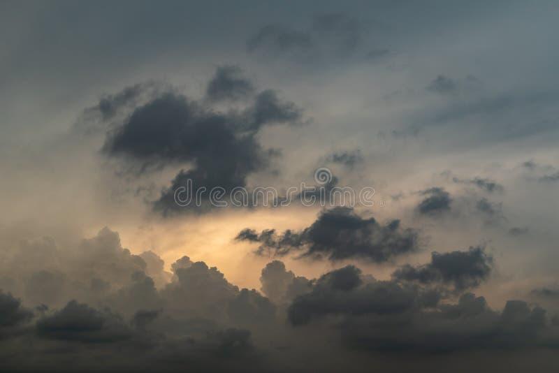 Popielaty i Złocisty wieczór chmury formacji tło zdjęcie stock