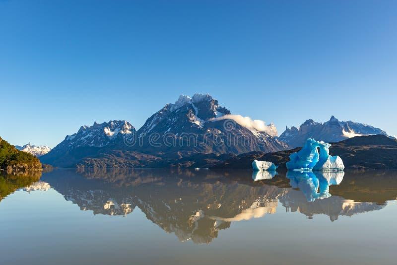 Popielaty jezioro przy wschód słońca z górą lodową, Patagonia, Chile obraz stock