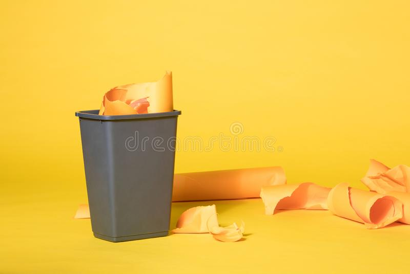 Popielaty kosz na śmieci na Wibrującym Żółtym Bezszwowym tle fotografia royalty free