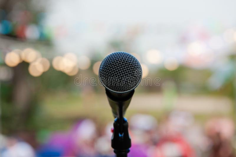 Popielaty mikrofon na scenie w bokeh obraz royalty free