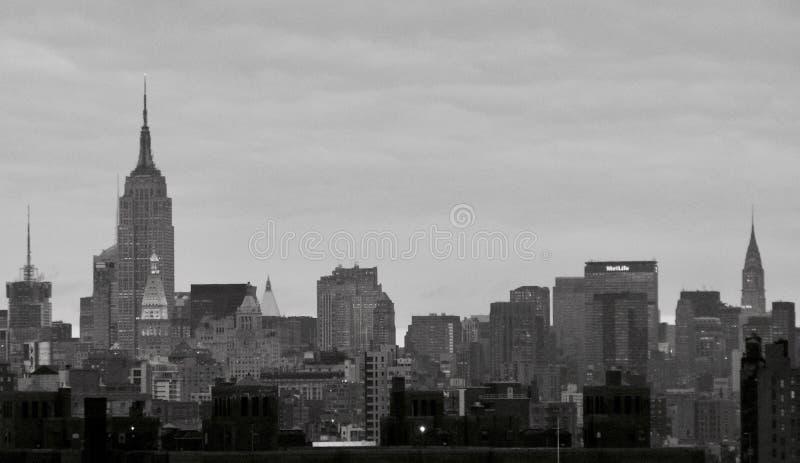 Popielaty niebo nad wyspą Manhattan usa - NYC - obrazy stock