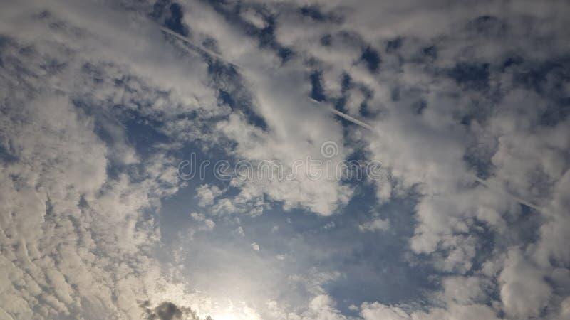 Popielaty niebo z samolotu strumienia słońca i contrail jaśnieniem zdjęcia stock
