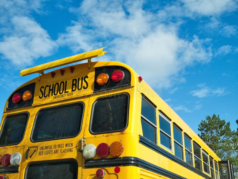 Popiera autobus szkolny i niebieskie niebo z chmurami obraz royalty free