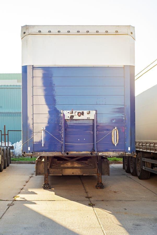 Popiera biała błękit ciężarówka z hydrauliczną rampą fotografia stock