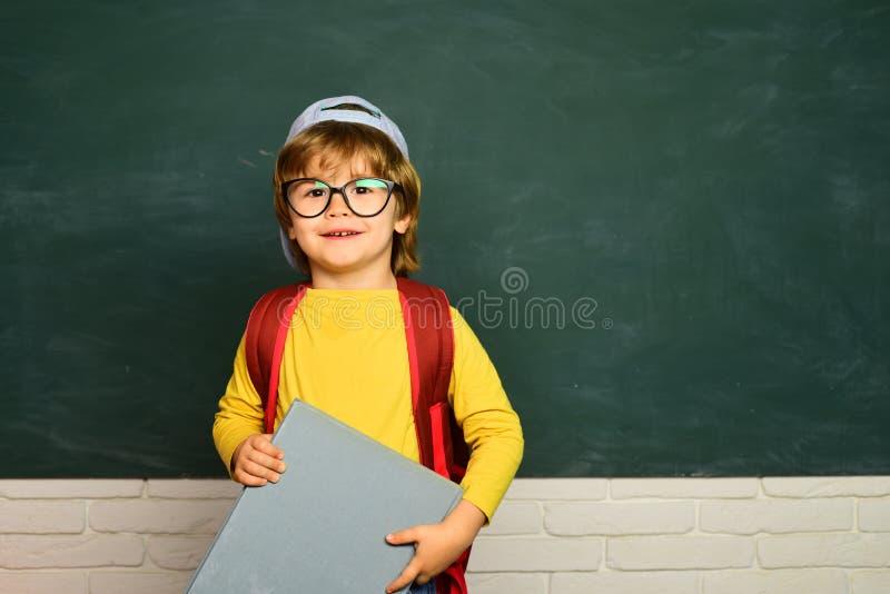 Popiera edukacji szkolnej concet Szcz??liwi szko?a dzieciaki student E fotografia stock