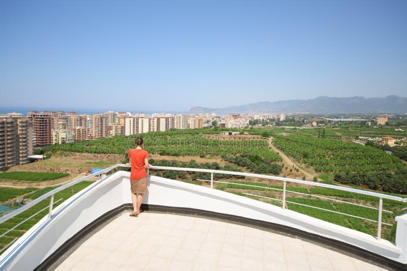 Popiera kobiety pozycja na balkonie hotel obraz stock