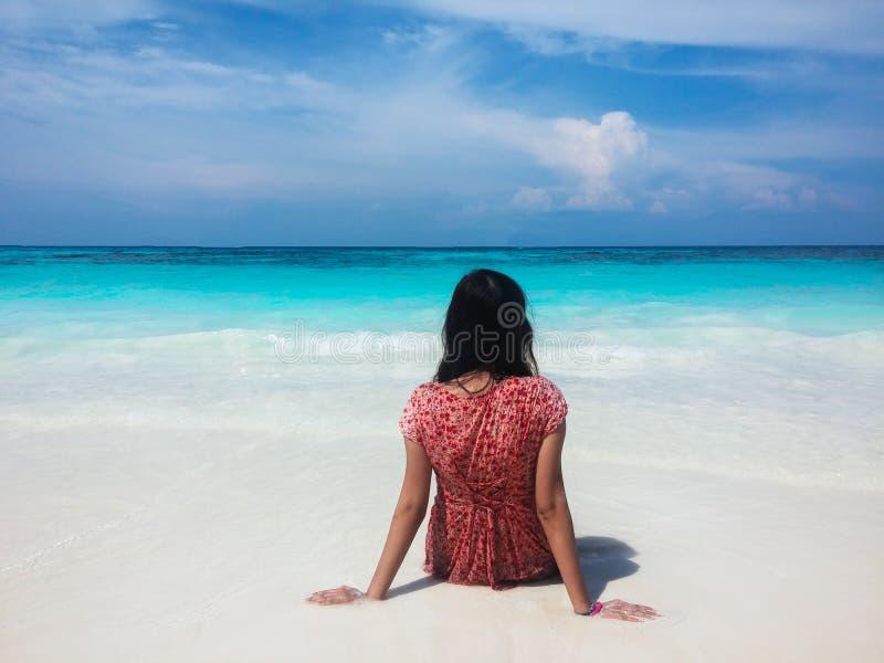 Popiera Mokra Azjatycka kobieta Patrzeje Jasnego morze i niebo obraz stock