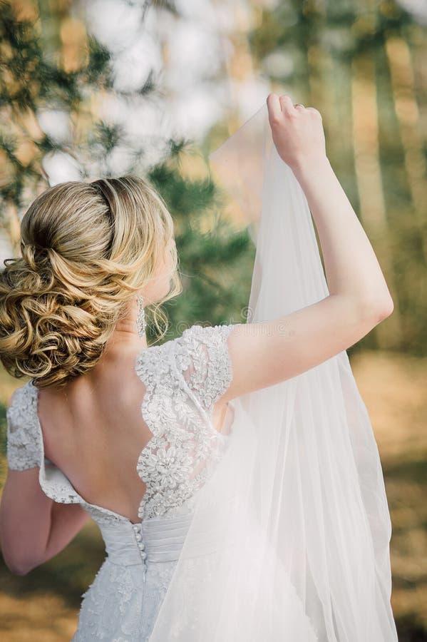 Popiera piękna panna młoda z bridal wiązką fotografia stock