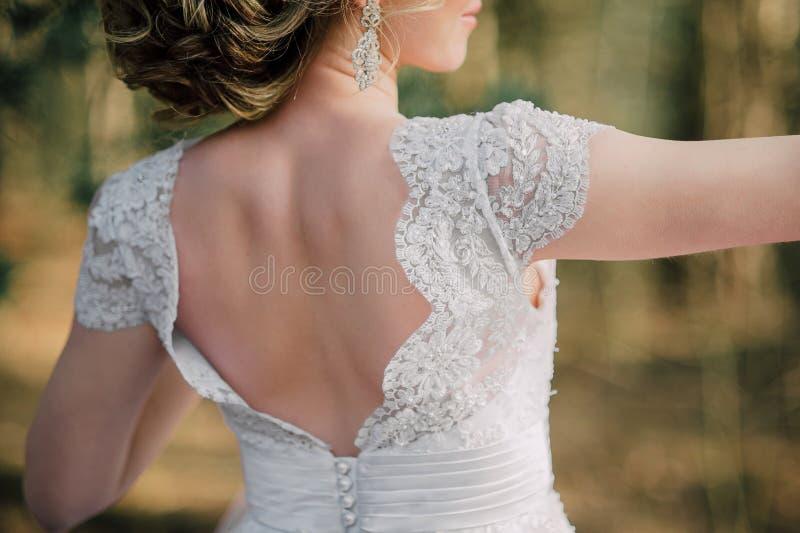 Popiera piękna panna młoda z bridal wiązką obrazy royalty free