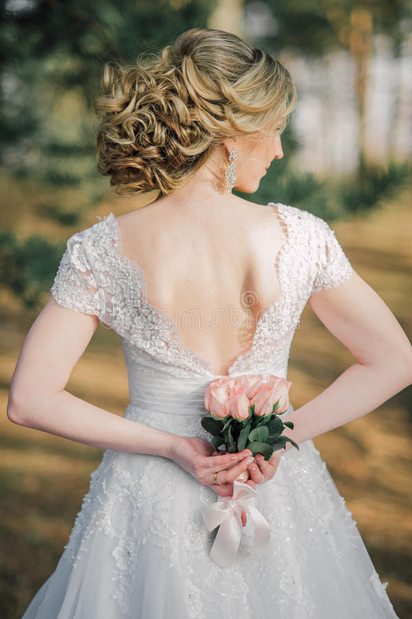 Popiera piękna panna młoda z bridal wiązką fotografia royalty free