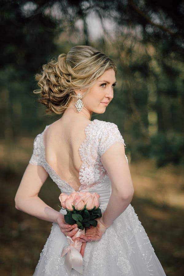 Popiera piękna panna młoda z bridal wiązką obraz stock