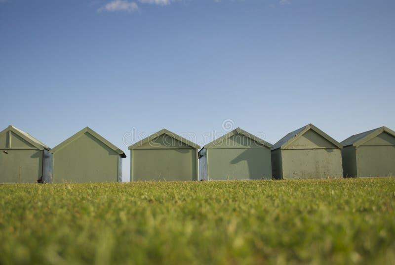 Popiera plażowi domy w Dźwignący, Anglia obrazy stock