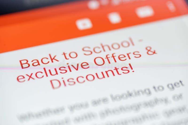 Popiera szkół oferty i Pomija e-maila na smartphone ekranu zbliżeniu obraz royalty free