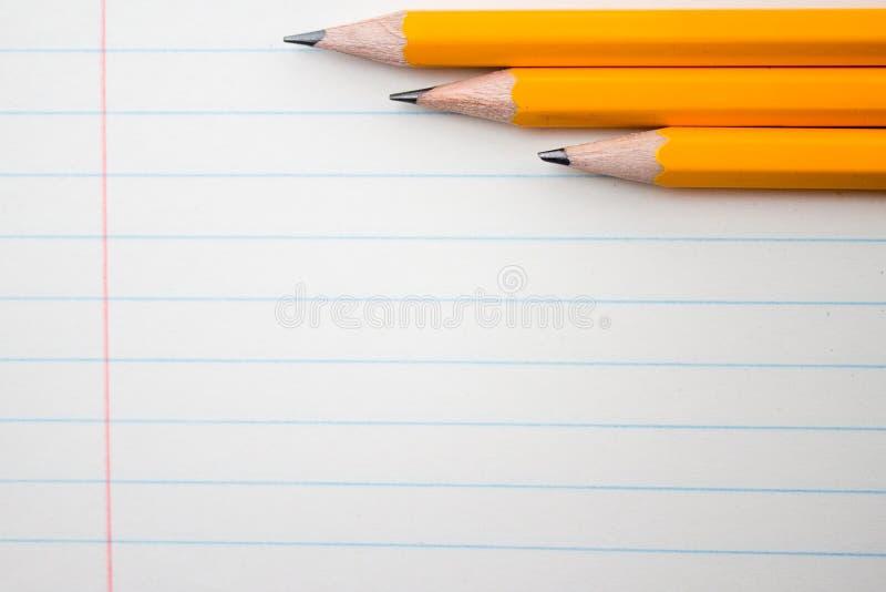 Popiera szkoła, edukaci pojęcie z pomarańczowych ołówków up i składu zamkniętą książką na tle dla edukacyjnego nowego akademickie obraz royalty free