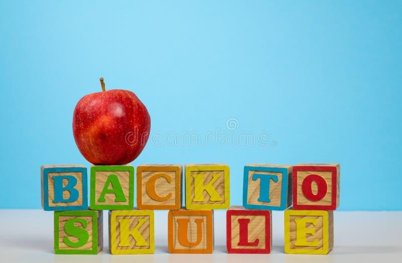 Popiera szkoła literująca niewłaściwie z jabłkiem obrazy stock