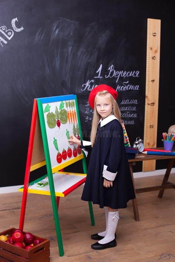 Popiera szkoła! mała dziewczynka stoi blisko zarządu szkołego Na blackboard w knia? napisze ?1st Wrzesie? klasa zdjęcia royalty free