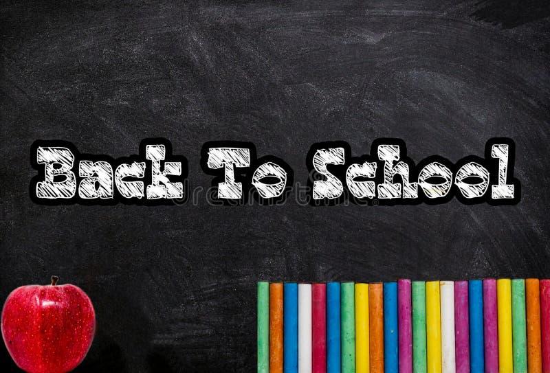 Popiera szkoła Na Chalkboard Z Szkolnych dostaw tłem fotografia royalty free