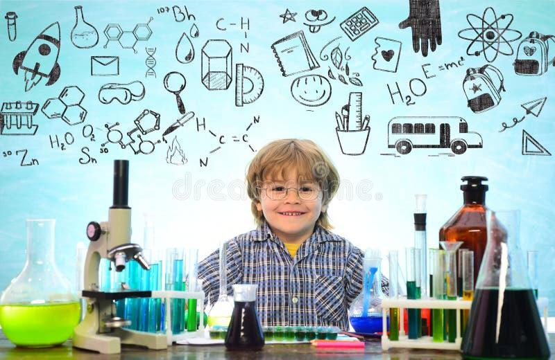 Popiera szko?a, nauka i edukacja dla ucznia dziecka, Wynosili nowego eksperyment w chemii fotografia stock