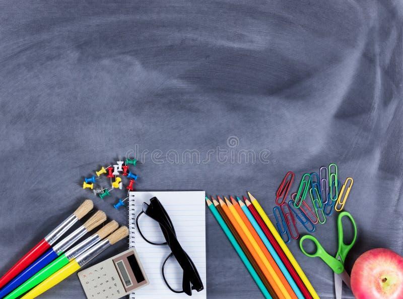 Popiera szkoła podstawowa dostawy umieszczać na dolnej części wymazujący bl fotografia stock