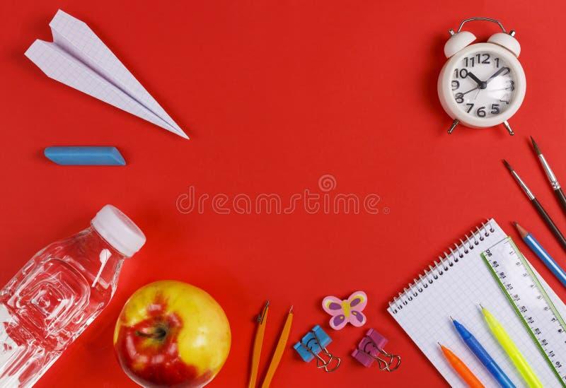 Popiera szkoła, Studiuje, odpoczywa, jedzenie, szkoła rozkład, szkoła, Szkolne dostawy, czerwony tło, papierowy samolot, woda obraz stock