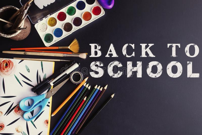 Popiera szkoły pojęcia teksta bielu kreda na czerni desce, kolorowej fotografia stock