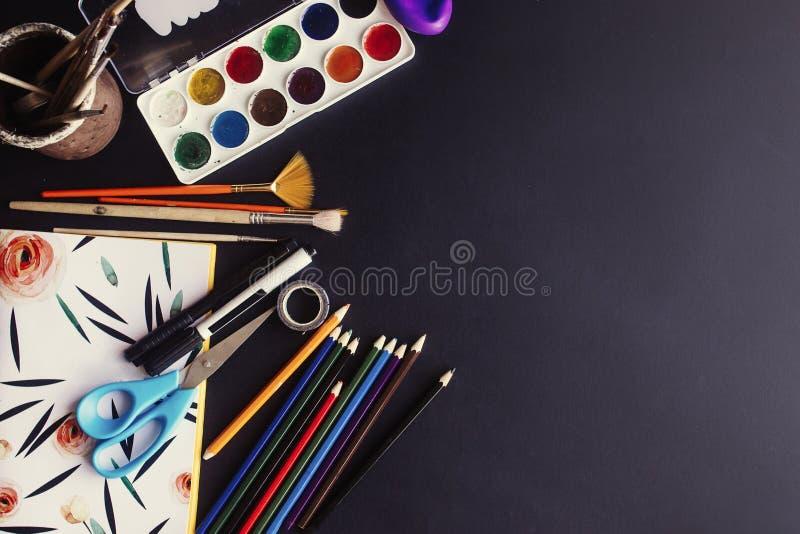 Popiera szkoły pojęcie, kolorowi ołówek farb muśnięć nożyce obraz stock