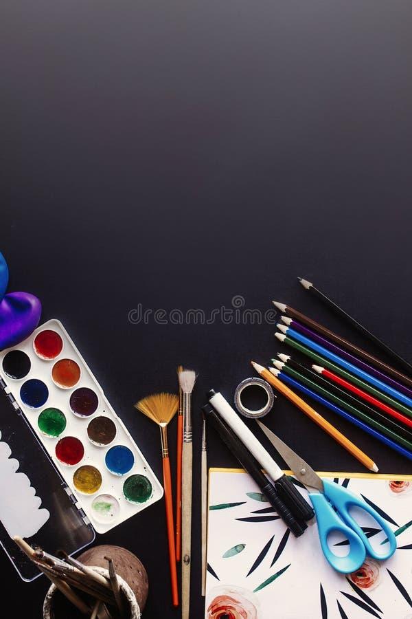 Popiera szkoły pojęcie, kolorowi ołówek farb muśnięć nożyce zdjęcie stock