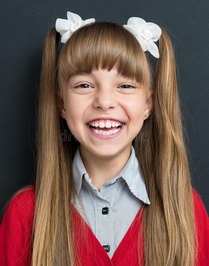Popiera szkoły pojęcie - szczęśliwa dziewczyna patrzeje kamerę zdjęcia stock