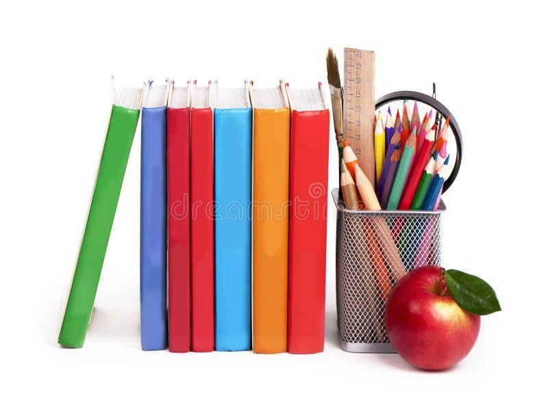 Popiera szkoły pojęcie. Szkolne książki i jabłko zdjęcie stock
