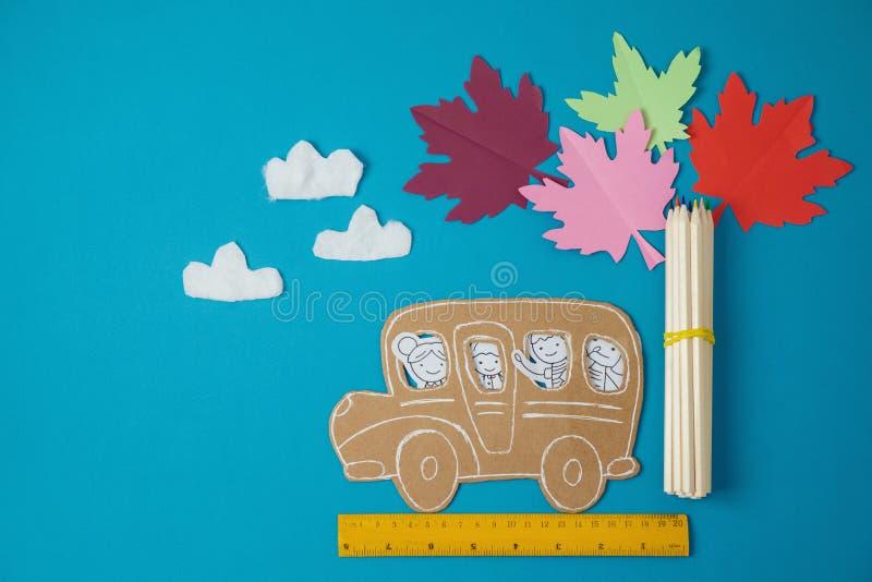 Popiera szkoły pojęcie z małymi dzieci doodles obrazy stock
