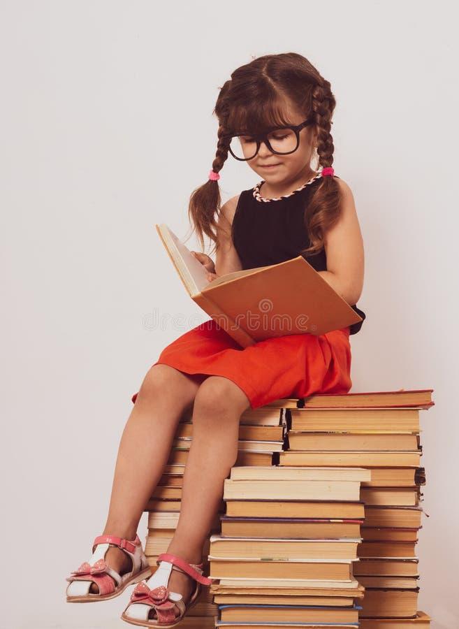 Popiera szkoły tło z dzieciakiem Poj?cie edukacja i czytanie Industrious dziecko Przestrzeń dla reklama teksta obraz royalty free