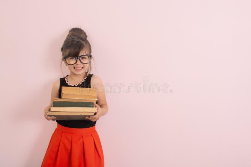 Popiera szkoły tło z dzieciakiem Poj?cie edukacja i czytanie Industrious dziecko Przestrzeń dla reklama teksta fotografia stock
