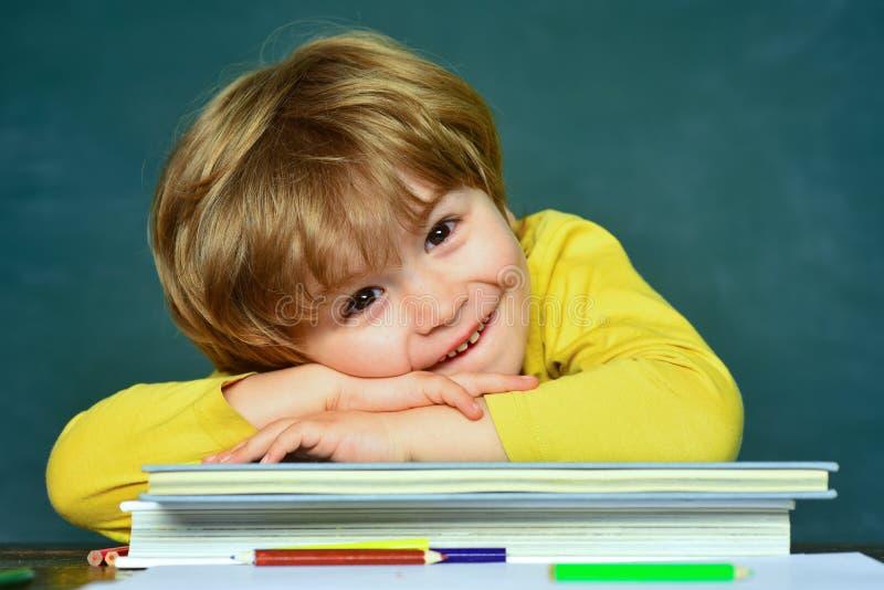 Popiera szko?a i szcz??liwy czas E Blackboard t?o ma?e dzieci zdjęcia stock