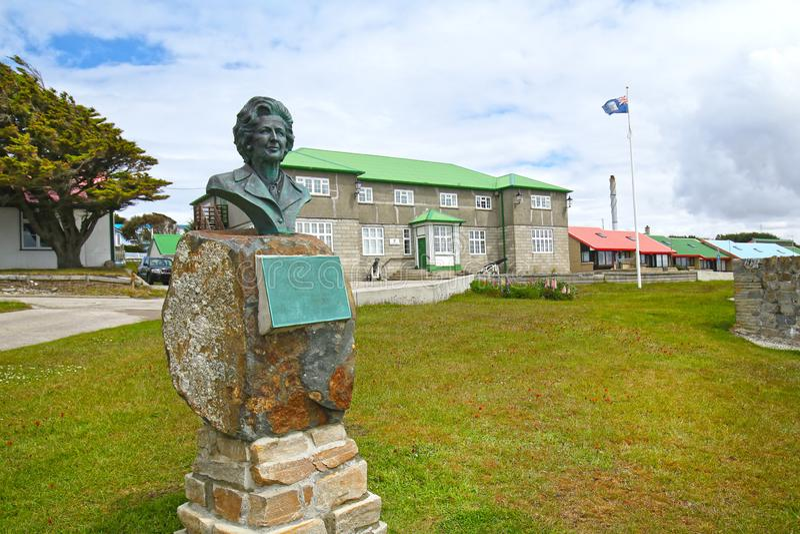 Popiersie premier wielkiej brytanii Margaret Thatcher przy rzędu domem, Stanley, Falkland wyspy Płacić uznanie jej poparcie du obrazy stock