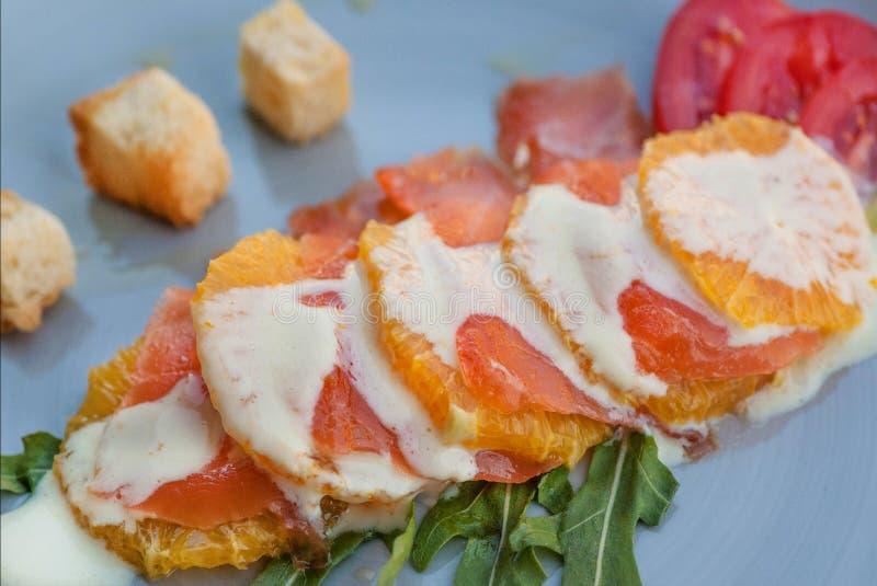 Popiular italiensk hav-mat carpaccio på kök av den medelhavs- maträttplattan för modern restaurang royaltyfri foto