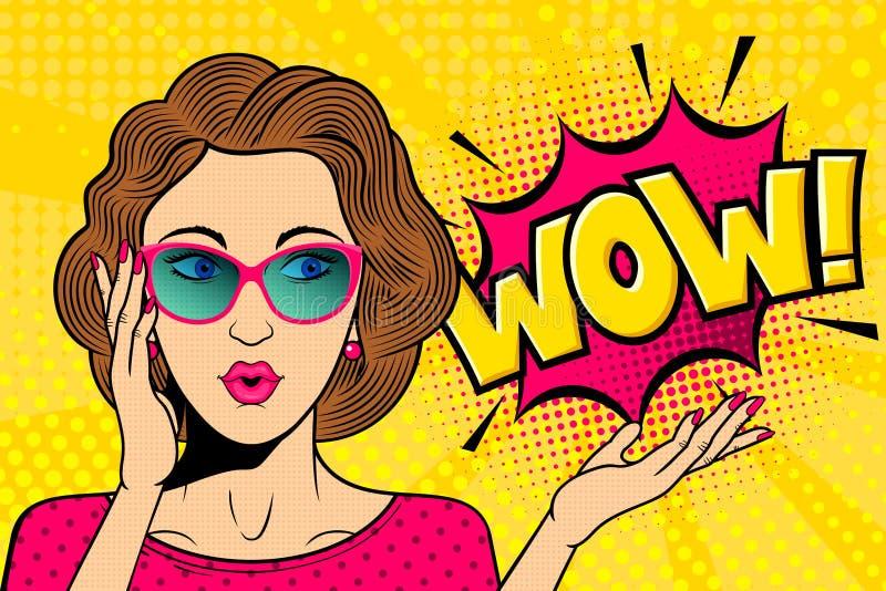 Popkonst förvånade den kvinnliga framsidan Den komiska kvinnan i exponeringsglas med ÖVERRASKAR! anförandebubbla r royaltyfri illustrationer