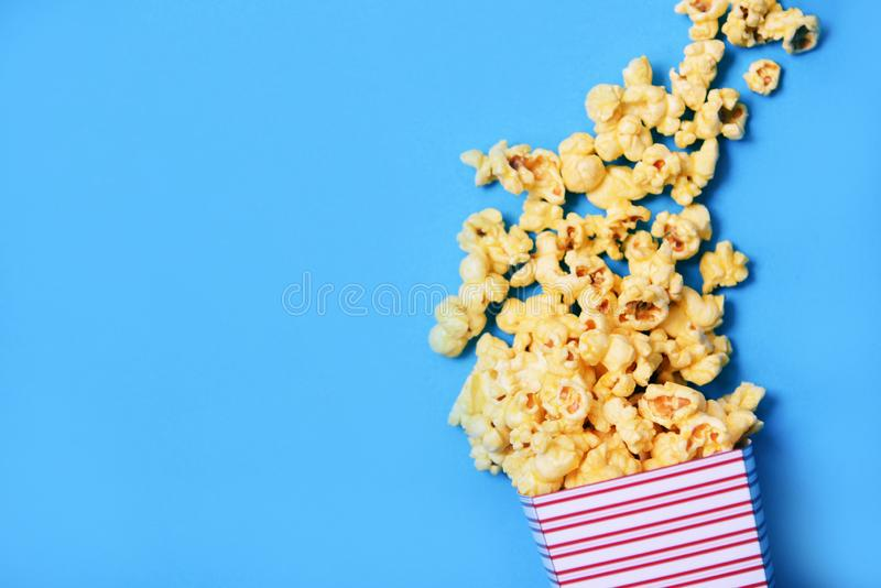 Popkorn filiżanki pudełkowata i błękitna backgroubd odgórnego widoku masła popkornu Słodka sól fotografia stock