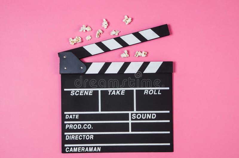 Popkorn, film klamerka na różowego tła odgórnym widoku, kopii przestrzeń obraz royalty free