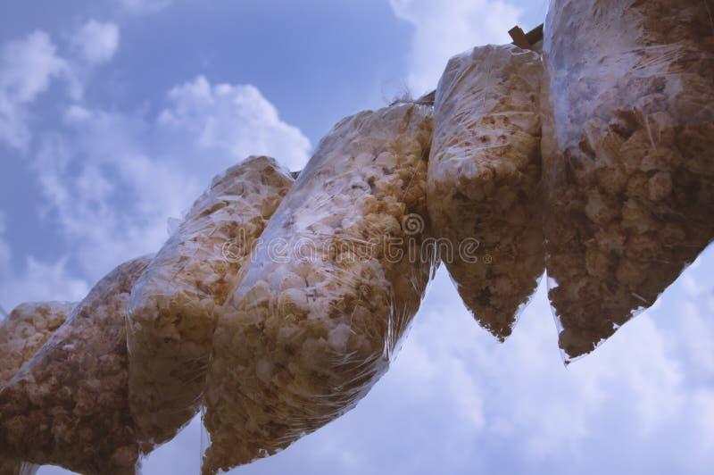Popkorn torby fotografować na smyczu wieszali na smyczu spod spodu przeciw niebu zdjęcie stock