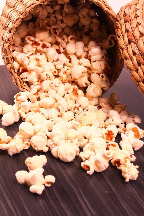 Download Popkornu Rozszerzanie Się Na Drewnianej Bazie Zdjęcie Stock - Obraz złożonej z deliciouses, kopiasty: 53789820