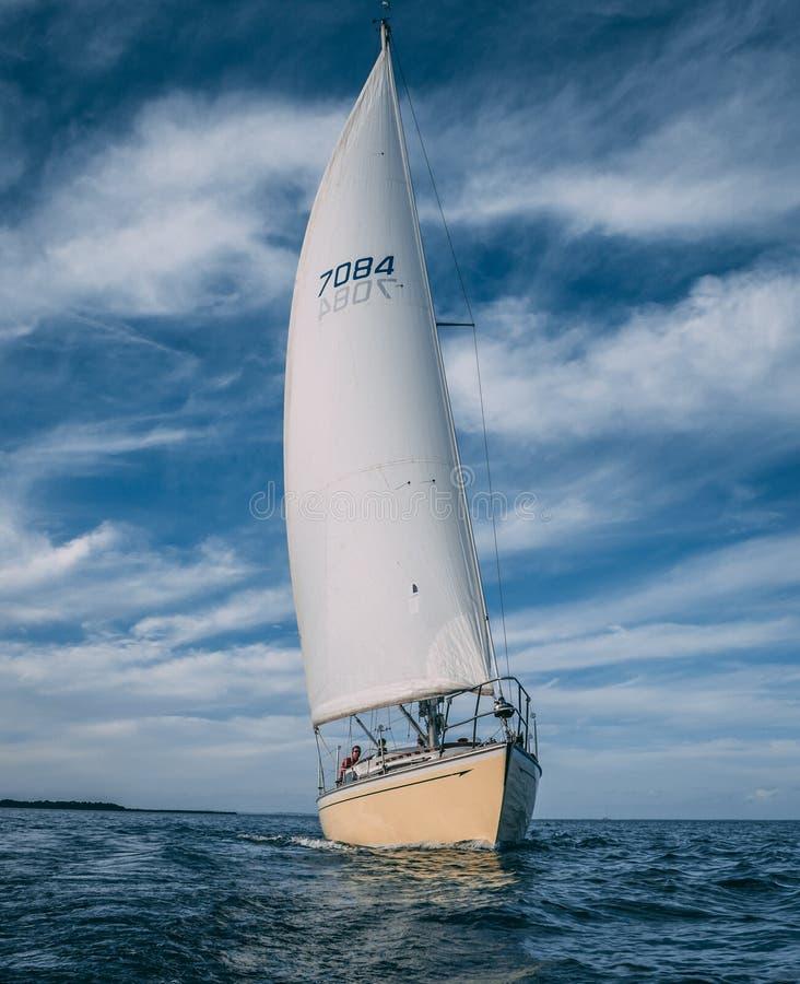 Popołudniowa żeglowanie przygoda na wodzie fotografia royalty free