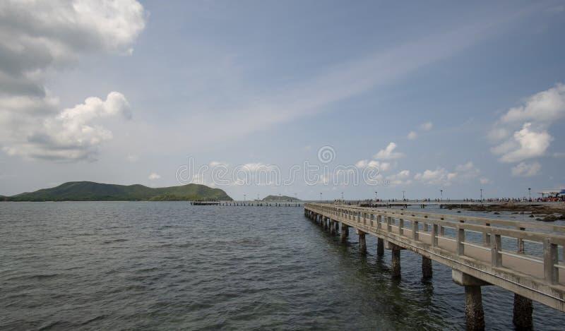Popołudniowa atmosfera, jaskrawy niebo most przez molo od Sattahip Koh Kham i Samae San wyspa, fotografia stock
