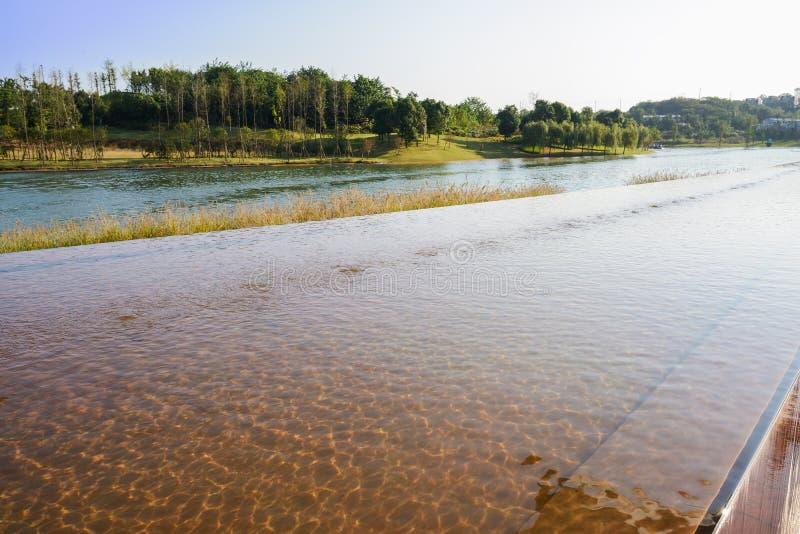 Popołudniowy światło słoneczne na pluskotać wodę nadjeziorny basen zdjęcia royalty free