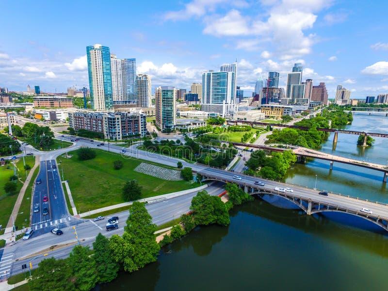 Popołudniowy światło słoneczne w Austin, Teksas powietrzny trutnia widok linii horyzontu pejzażu miejskiego w centrum nowożytny m obraz stock