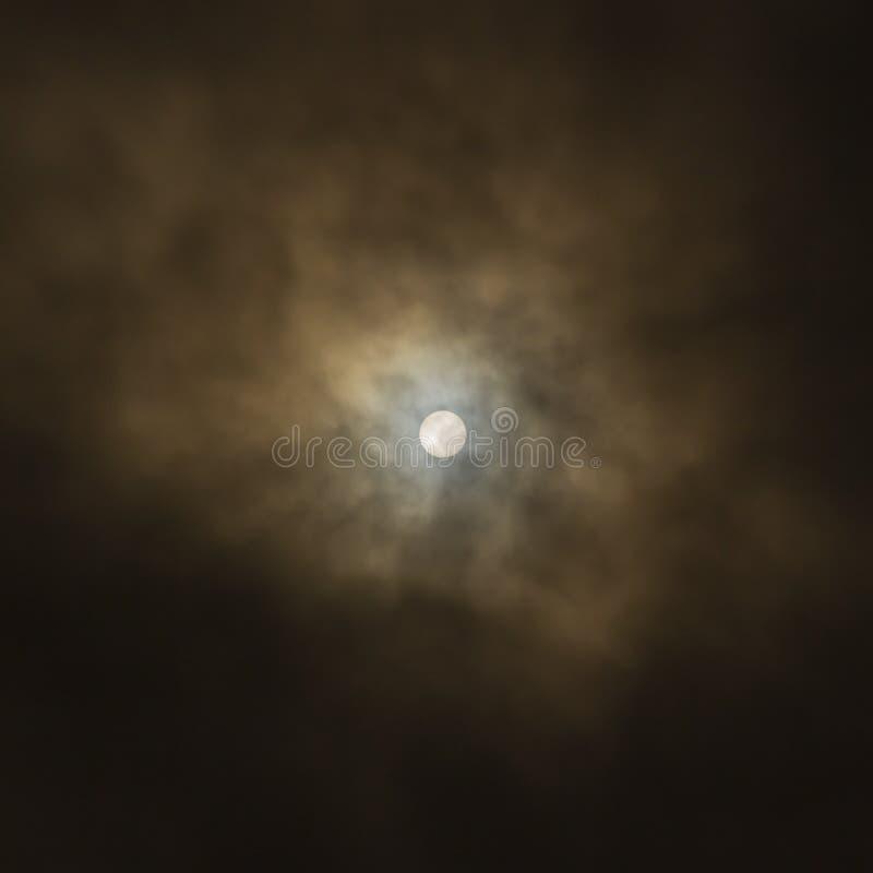 Popołudniowy słońce Disс Przez Ciężkich chmur obrazy royalty free