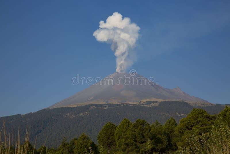 popocatepetl火山发射一个壮观的喷气孔 库存图片