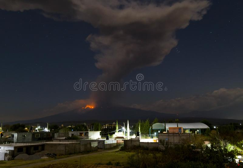 popocatepetl火山爆炸,夜 免版税库存图片